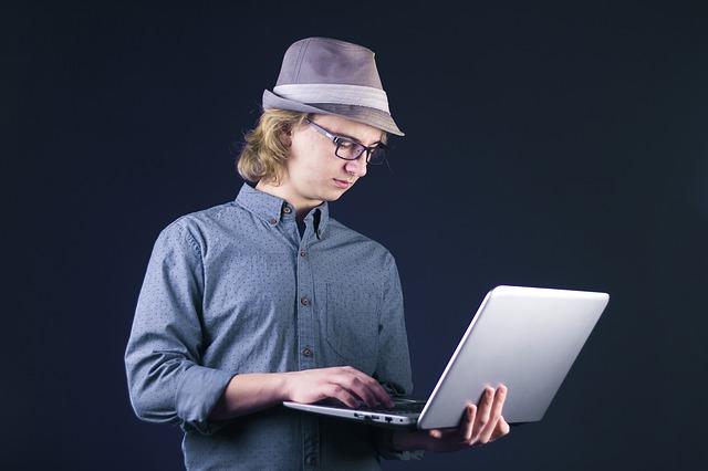 mladý muž a počítač