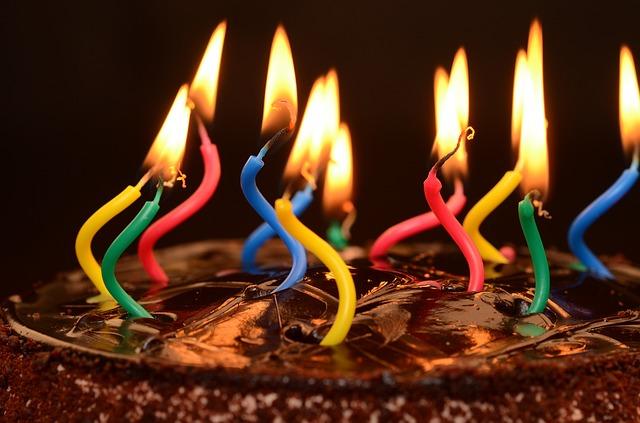 narozeninový dort se svíčkami.jpg
