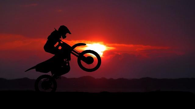 východ slunce a motorka